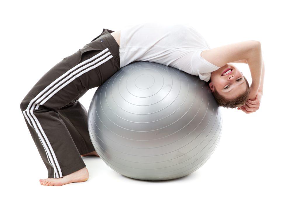 Frau die an Yoga-Kurs teilnimmt
